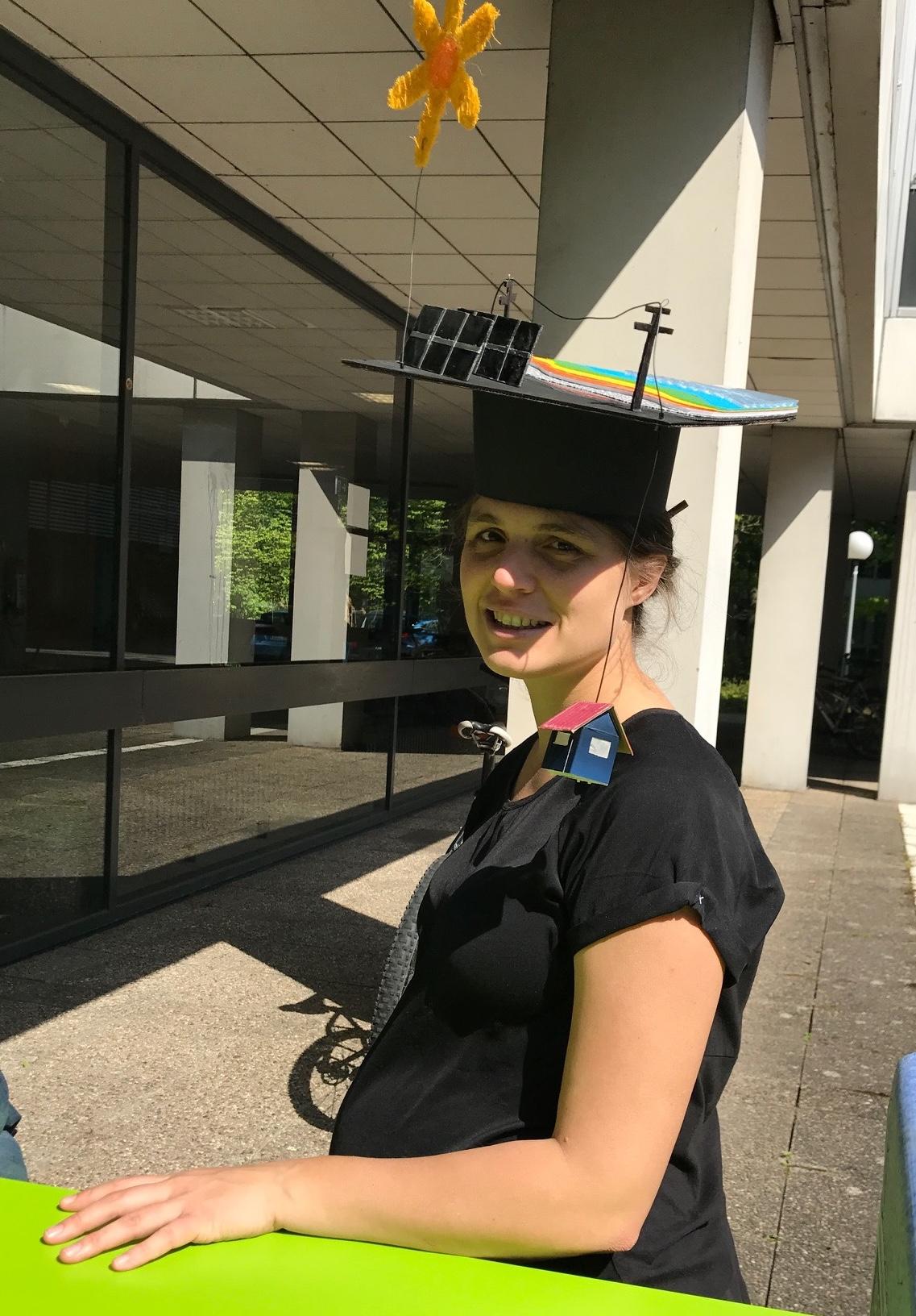 Bild von Veronika - hochschwanger am Tag ihrer Doktorprüfung mit gebasteltem Doktorhut