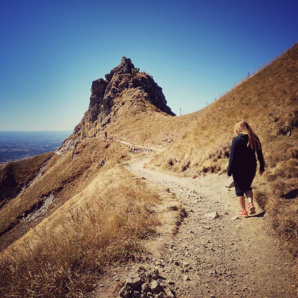 Frau geht allein auf Gipfel zu.