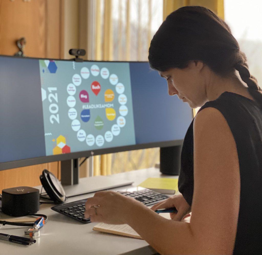 Am Schreibtisch sitzend - #leadlikeamom auf dem Bildschirm