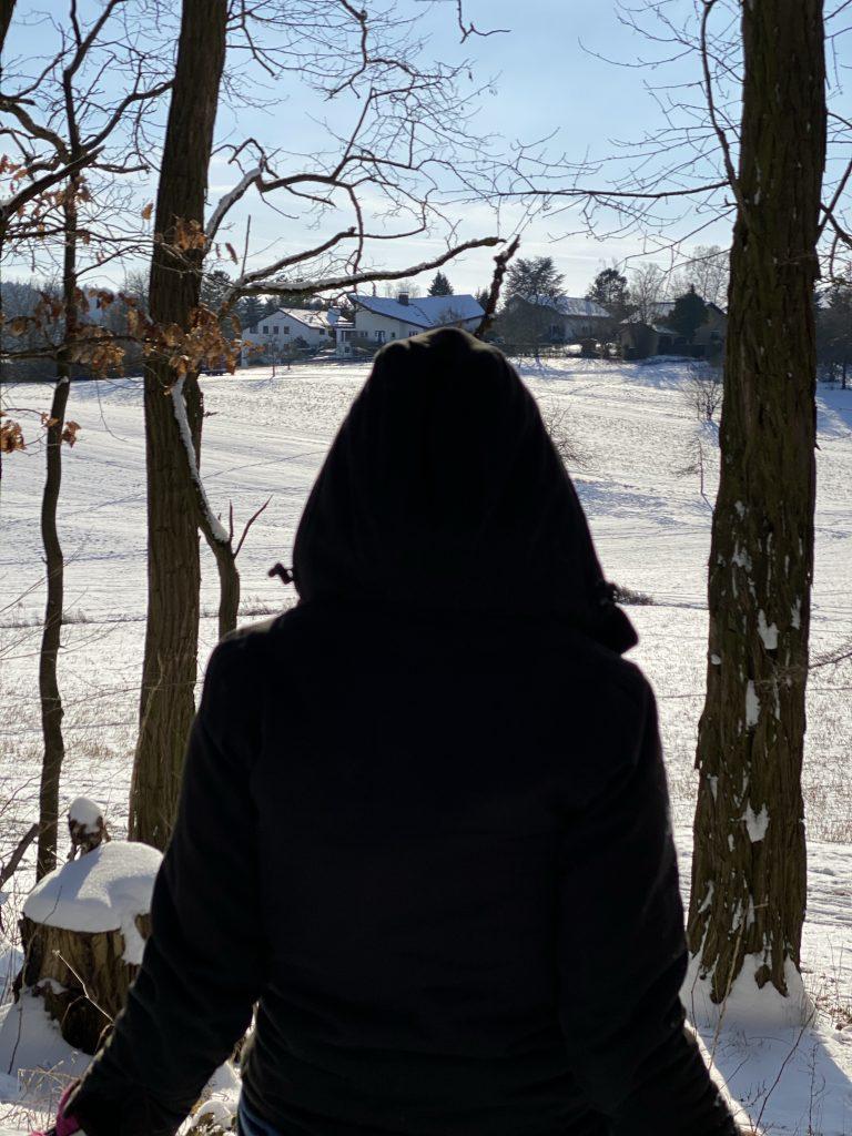 Veronika blickt auf die glitzernde Winterlandschaft.