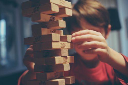 Wir lernen viel von und mit unseren Kindern. Selbst beim Spielen. [Kind beim Jenga spielen]
