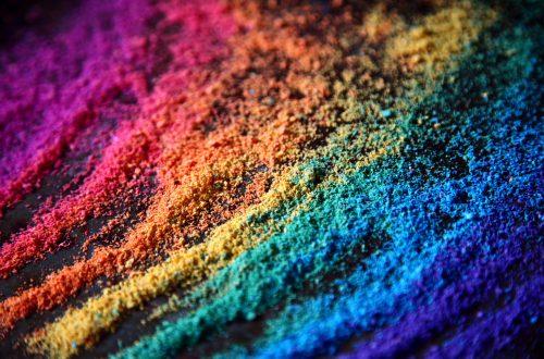 Farbpulver in Regenbogenfarben - bei Farben ist allen klar, dass nur eine davon langweilig wäre.
